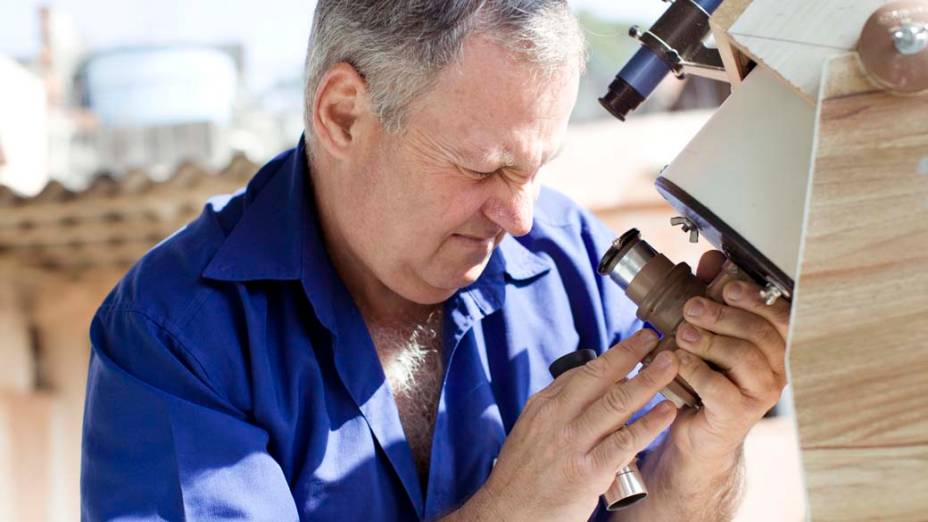 <p>Roberto Fornaciari observa as manchas solares com o telescópio Cassegrain 150mm em seu observatório, no terraço de sua casa</p>