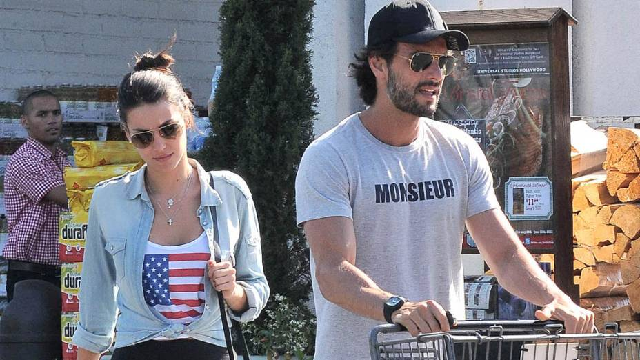 Rodrigo Santoro com a namorada Mel Fronckowiak em Los Angeles