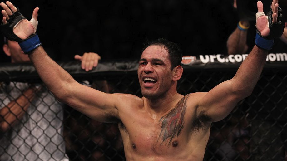 Rogério Minotouro comemora sua vitória contra Tito Ortiz no UFC 140