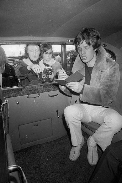 Mick Jagger autografa no aeroporto de Londres em 1966