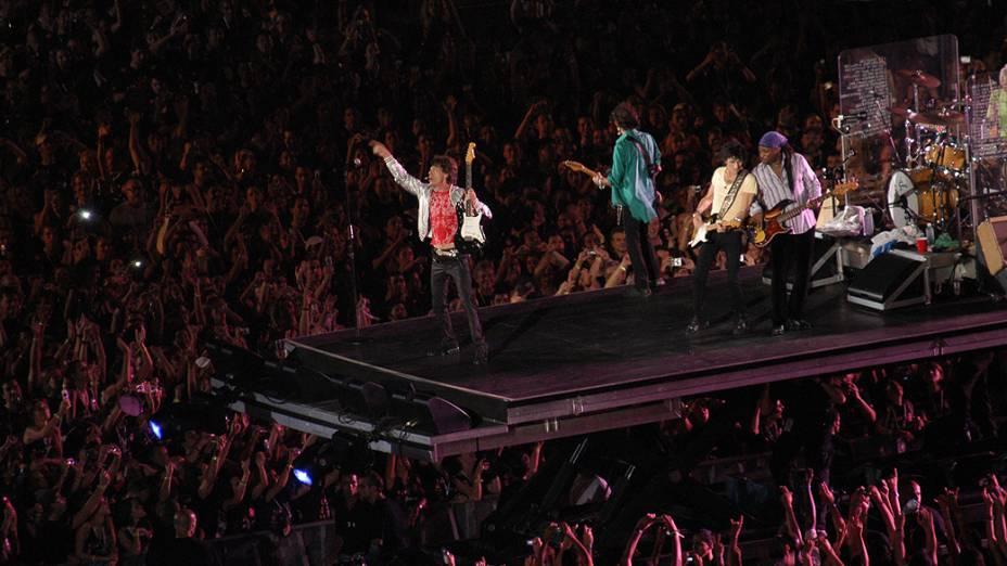"Mick Jagger, Keith Richards, Ron Wood, Darryl Jones e Charlie Watts na bateria, do conjunto Rolling Stones, durante show da turné mundial ""A Bigger Bang"", na praia de Copacabana"