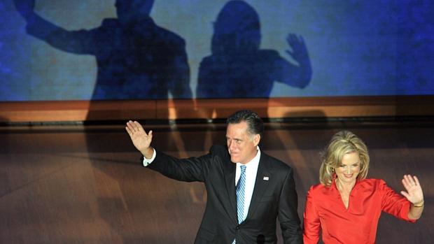 Mitt Romney e seu mulher deixam o palco após o discurso de Ann