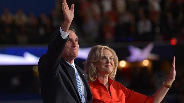 Mitt Romney e sua mulher, Ann, acenam durante a Convenção Nacional Republicana