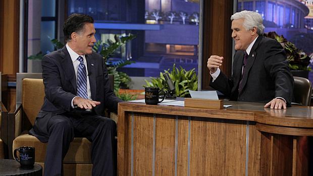 O republicano Mitt Romney concede entrevista ao programa de TV Tonight Show, apresentado por Jay Leno, no final de março