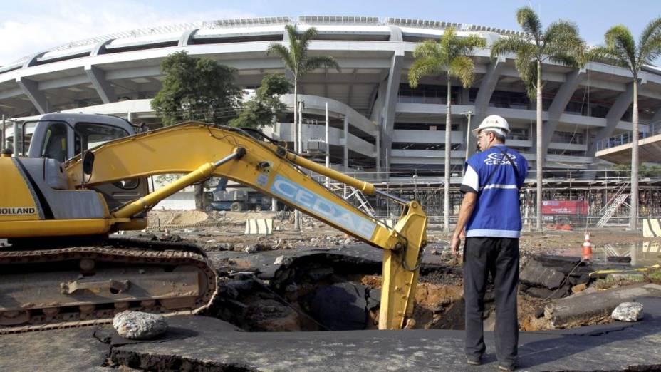 Rompimento de tubulação abre cratera bem em frente ao Estádio do Maracanã, no Rio de Janeiro