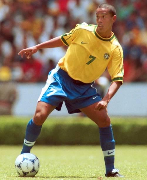 Ronaldinho Gaúcho, de cabelo curto, participou da campanha de 1999, quando o Brasil foi derrotado pelo México na decisão