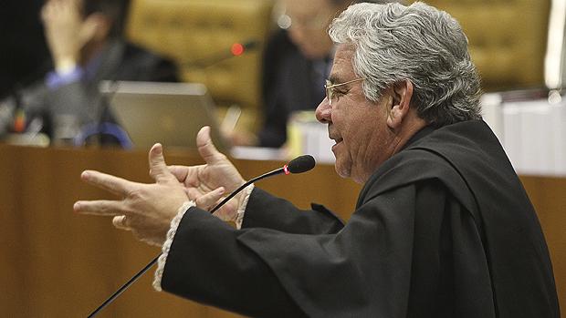 O advogado Ronaldo Garcia Dias, defensor do ex-deputado mineiro Romeu Queiroz, durante sessão de julgamento do mensalão no Supremo Tribunal Federal (STF), em Brasília, nesta sexta-feira