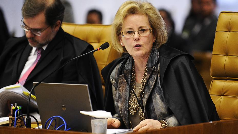 A ministra Rosa Maria Weber inicia a leitura de seu voto no STF (Supremo Tribunal Federal) durante o 15º dia do julgamento do mensalão