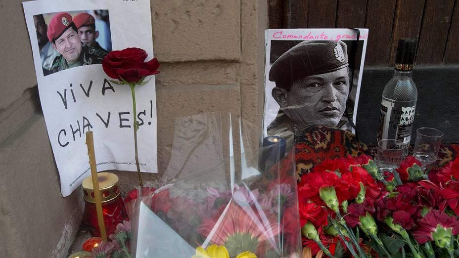 Cartazes, flores e velas são colocados na entrada da embaixada da Venezuela em Moscou, um dia após a morte de Hugo Chávez