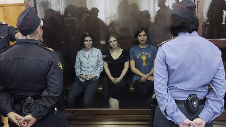 Juiz russo declarou três integrantes da banda punk Pussy Riot culpadas por vandalismo motivado por ódio religioso