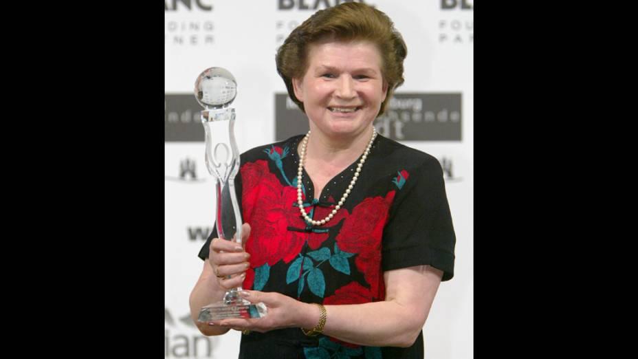 <p>A russa Valentina Tereshkova, primeira mulher a ir ao espaço, segura seu prêmio, World Connection Award</p>