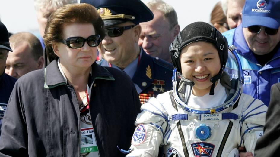 <p>Valentina Tereshkova, a primeira mulher a ir ao espaço, ao lado da astronauta sul-coreana Yi So-Yeon</p>