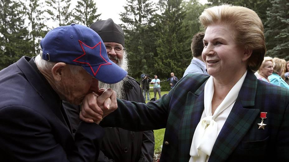 <p>Um homem beija a mão de Valentina Tereshkova, a primeira mulher a ir ao espaço</p>
