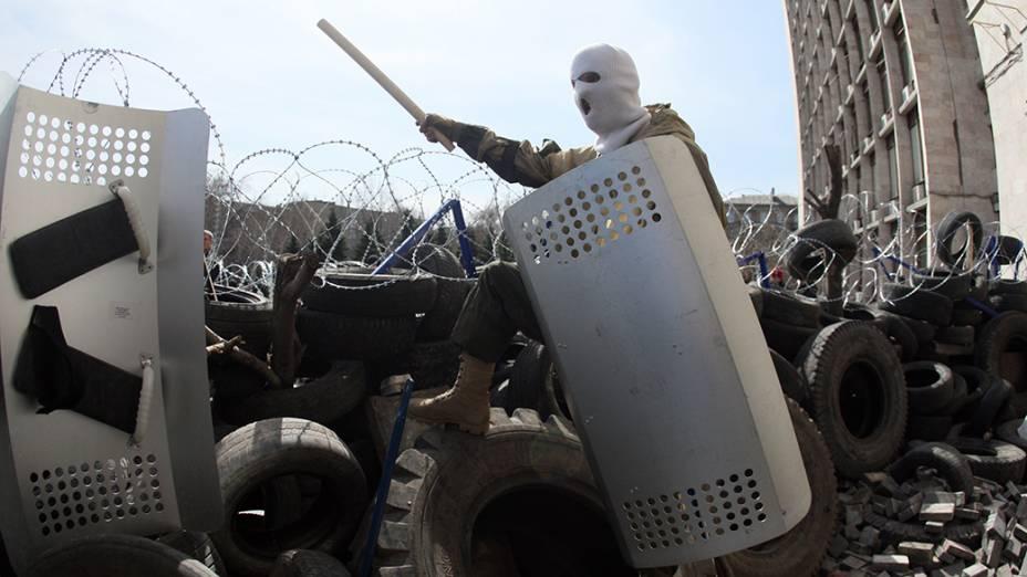 Ativistas pró-Rússia montam uma barricada em frente a um edifício das forças de segurança de Donetsk, leste da Ucrânia