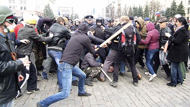 Grupos pró-Moscou entram em conflito com manifestantes favoráveis à manutenção da integridade territorial da Ucrânia em Kharkiv, no leste do país