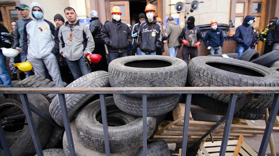 Manifestantes pró-Rússia levantam barricada diante de prédio público na cidade de Kharkiv, leste da Ucrânia