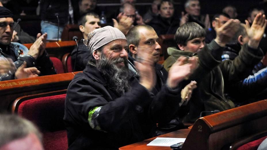 Ativistas pró-Moscou aplaudem durante votação improvisada no prédio do governo regional de Donetsk, no dia 7 de abril, quando o grupo declarou a criação de uma 'república independente'