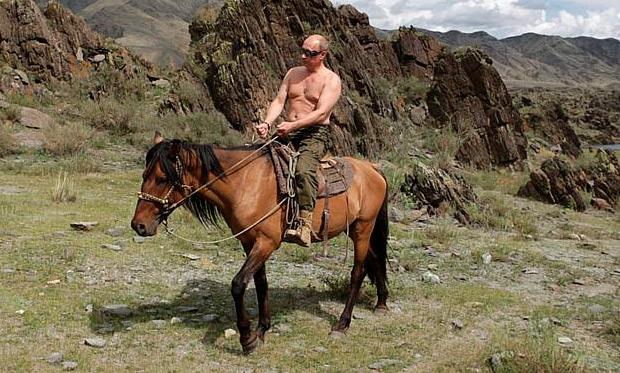 Primeiro-ministro da Rússia, Vladimir Putin é visto andando a cavalo na região de Touva, na Sibéria
