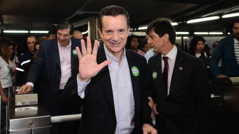 O candidato à prefeitura de São Paulo pelo PRB, Celso Russomanno, ao lado de seu vice, Luis Flavio DUrso, embarcou na estação São Judas e foi de metrô até a estação Sé no primeiro dia de sua campanha eleitoral em São Paulo