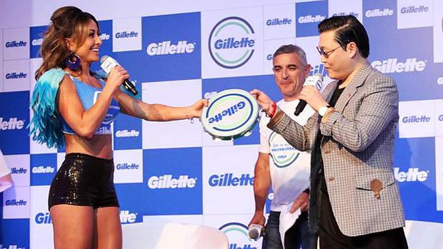 Sabrina Sato presenteia Psy com um pandeiro