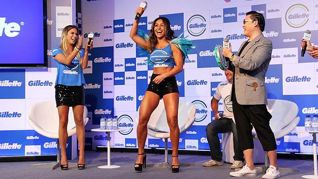 Sabrina Sato faz a coreografia de Gangnam Style ao lado da Bianca do nado sincronizado durante coletiva de imprensa, em Salvador
