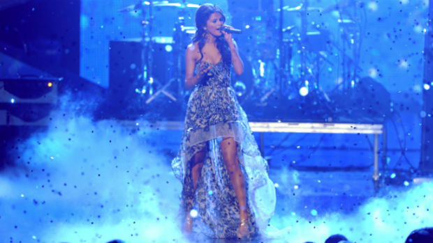 Selena Gomez com vestido mullet
