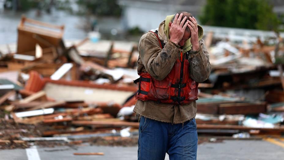 Morador de Brick, Nova Jersey, reage ao ver os restos de sua casa levada pela inundação