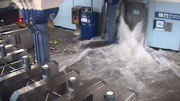Água invade estação de metrô em Hoboken, Nova Jersey. Túneis do metrô em Manhattan também foram afetados