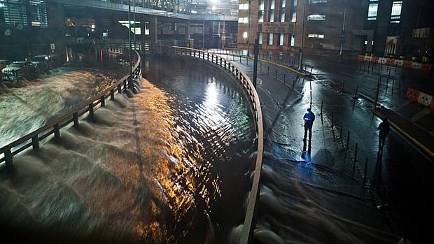 Entrada de túnel no Brooklyn, em Nova York, foi invadida pelas águas da tempestade