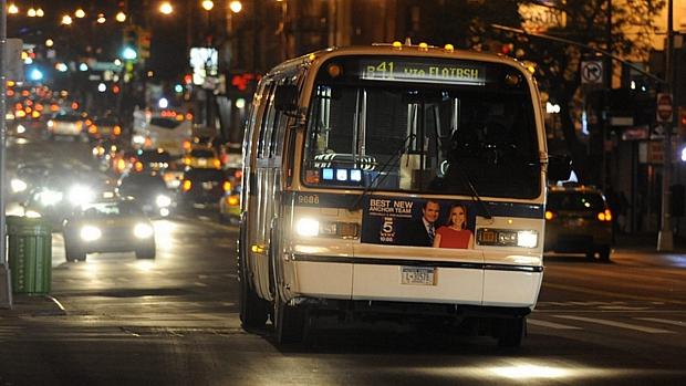 Alguns ônibus voltaram a circular nesta terça em Nova York. Metrô segue fechado
