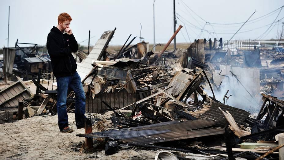 Gavin Byrne observa o que restou do incêndio que destruiu 50 casas no bairro Queens, em Nova York devido a passagem do Sandy