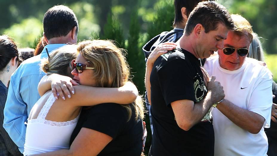 Famiiares durante enterro de vítimas de incêndio em boate de Santa Maria