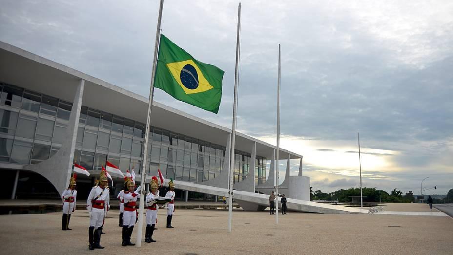 Soldados da guarda presidencial em Brasília levantam bandeira em homenagem as vítimas de um incêndio boate de Santa Maria