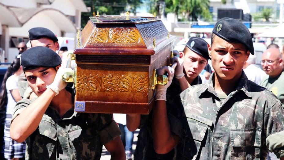 Soldados carregam caixão de uma das vítima de incêndio em boate em Santa Maria
