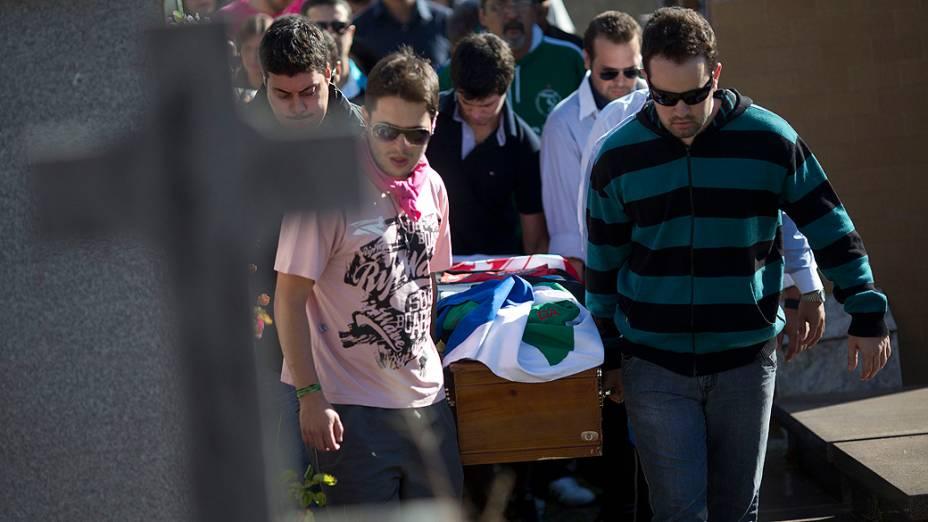 Enterro de vítimas do incêndio causa comoção em Santa Maria (RS)