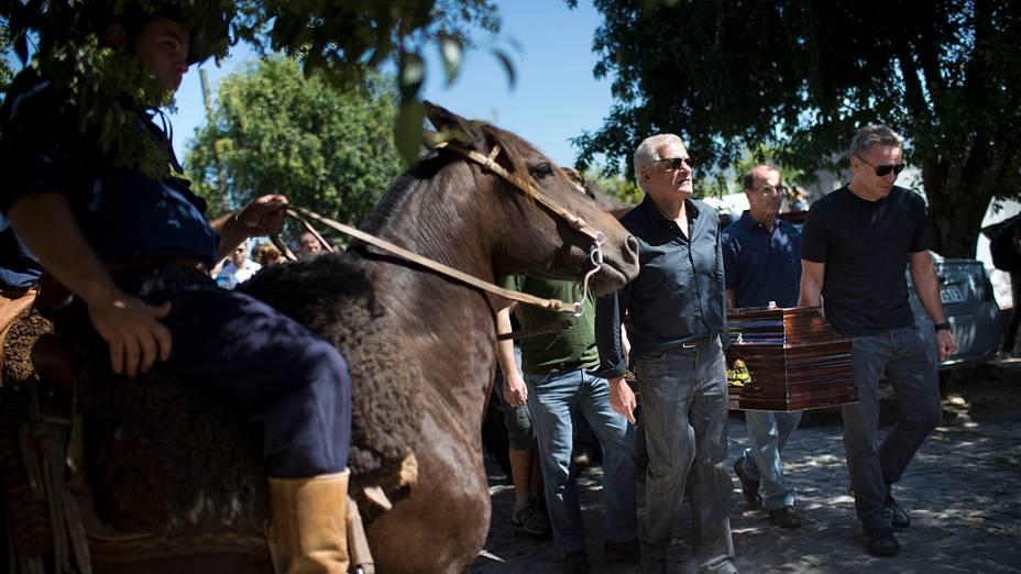 Membros do Centro de Tradições Gaúchas prestam homenagem ao colega falecido, Silvio Beuren Junior, durante seu enterro