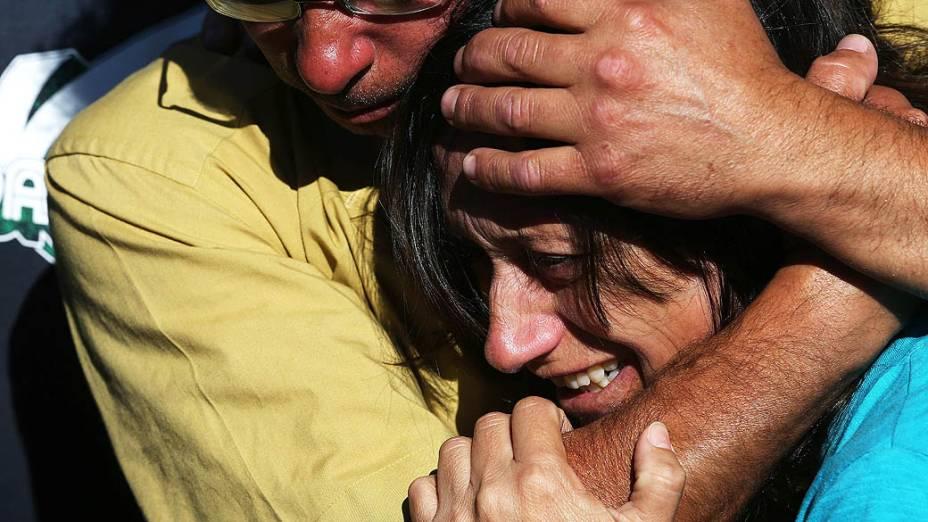 Familiares choram durante enterro das vítimas da tragédia em Santa Maria (RS)