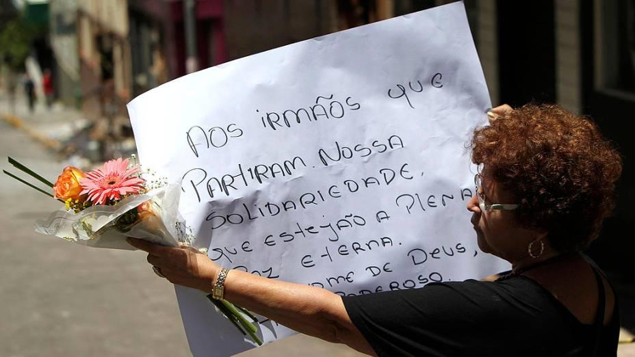 Pessoas prestam homenagens às vítimas da tragédia em Santa Maria (RS)