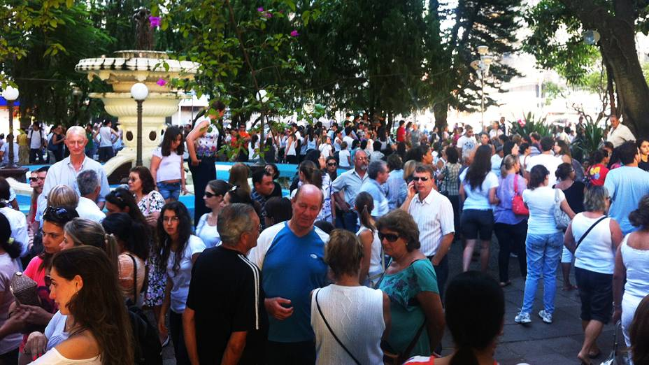 População lota a praça Saldanha Marinho, no centro de Santa Maria, para homenagear as vítimas da tragédia na boate Kiss