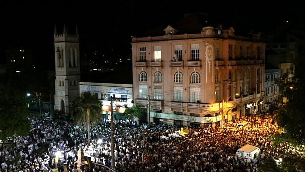 Moradores de Santa Maria percorrem as ruas da cidade em marcha silenciosa