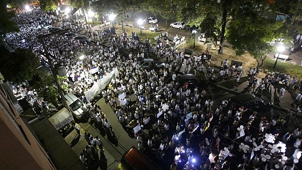 Vestida de branco, multidão realizou marcha em memória das vítimas