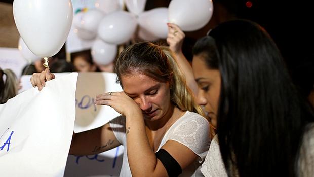 Manifestantes carregaram balões brancos representando as vítimas do incêndio na boate Kiss