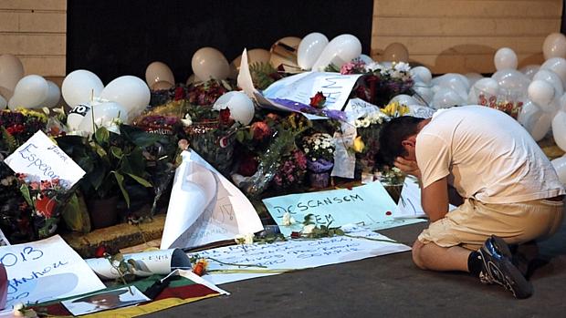 Manifestantes levaram flores e cartazes em homenagem às vítimas do incêndio em Santa Maria