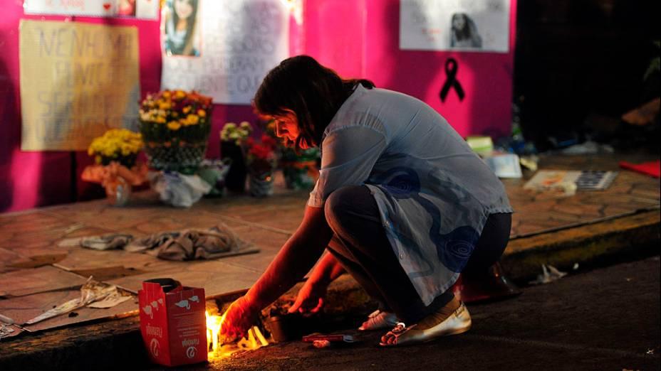 Centenas de pessoas realizaram vigília na madrugada deste domingo (3) em frente a boate Kiss, em Santa Maria