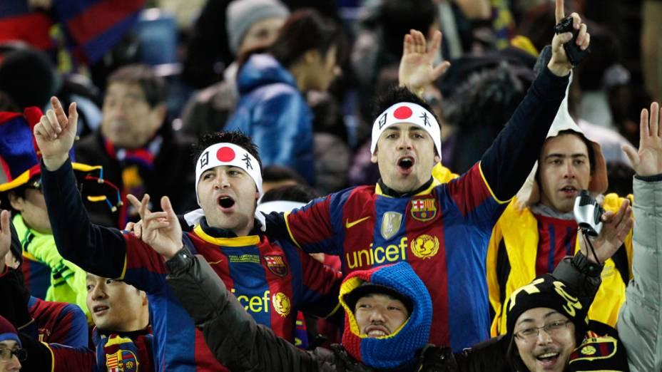 Torcedores do Barcelona acompanham a partida contra o Santos, pela final do Mundial de Clubes, no Japão - 18/12/2011