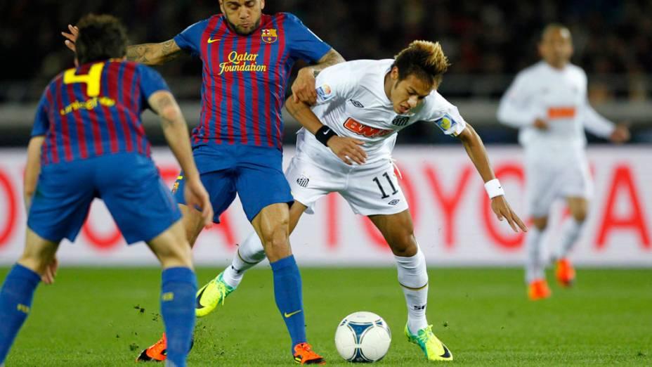 Neymar é marcado por Alves, do Barcelona, durante a final do Mundial de Clubes, no Japão - 18/12/2011