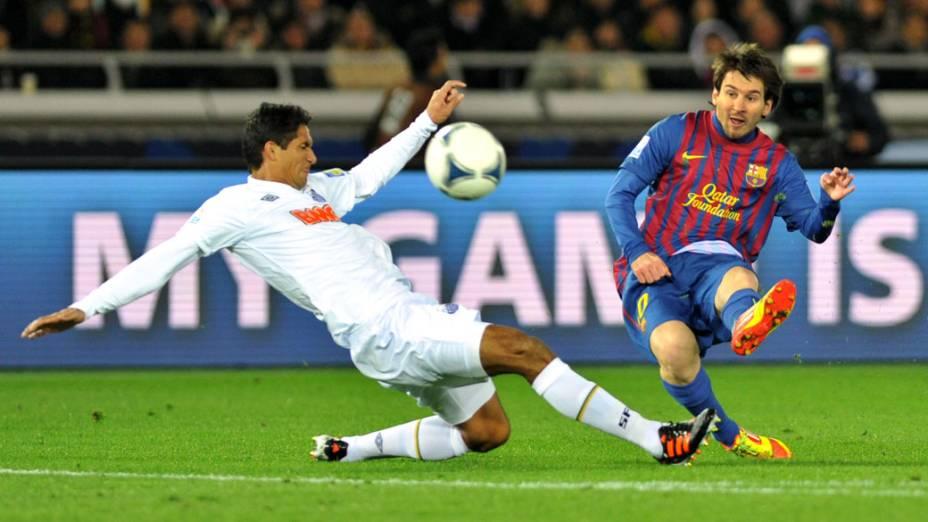 Messi e Durval disputam bola, durante o jogo final do Mundial de Clubes, no Japão - 18/12/2011