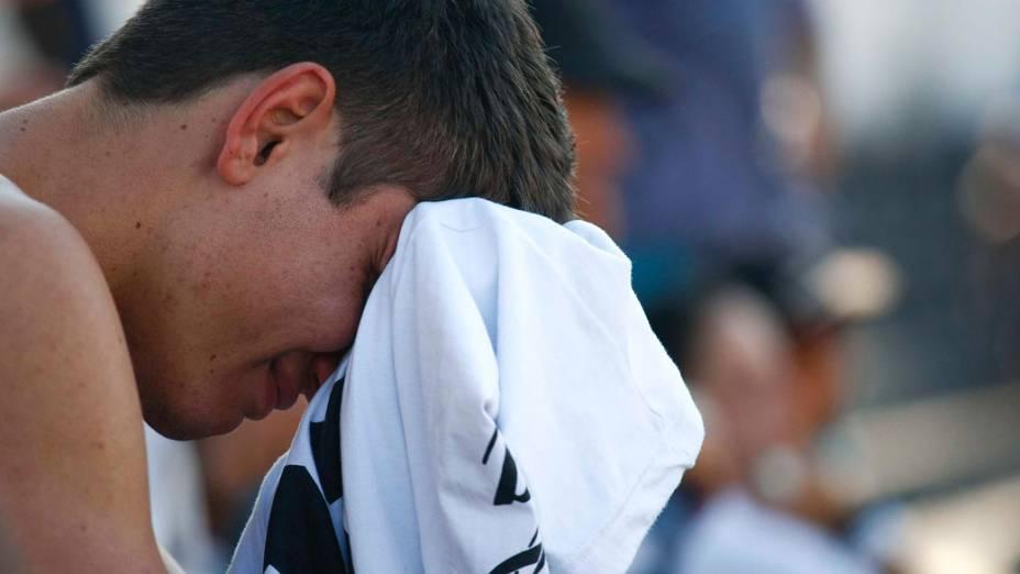 Torcedor do Santos chora durante a partida final do Mundial de Clubes, durante a transmissão na Vila Belmiro, em Santos - 18/12/2011