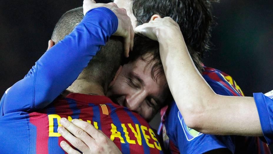 Messi, Daniel Alves e outros jogadores do Barcelona comemoram a conquista do Mundial de Clubes da Fifa, no Japão - 18/12/2011
