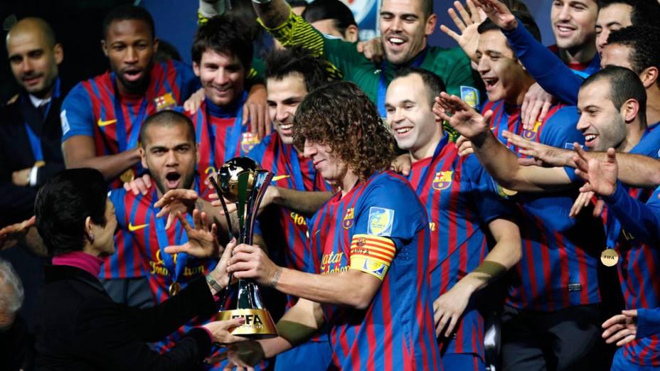 Jogadores do Barcelona recebem a taça, após a conquista do Mundial de Clubes da Fifa, no Japão - 18/12/2011